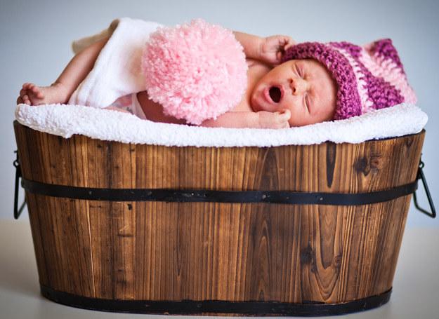 Nie należy noworodka przykrywać kołderka po samą szyję /123RF/PICSEL