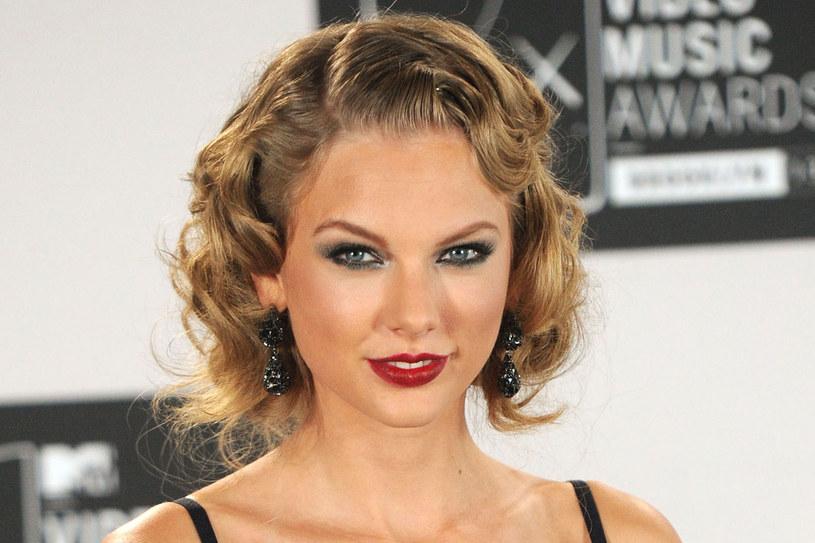 Nie obawiaj się jednak, że ta fryzura cię postarzy! Podstawa to umiejętnie dobrana szerokość fal. /Getty Images/Flash Press Media