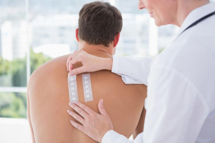 Nie obawiaj się testów skórnych. Wbrew pozorom badanie to nie jest bolesne. W ten sposób testuje się ponad 100 alergenów /123RF/PICSEL