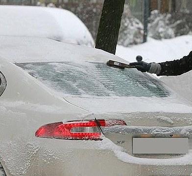 Nie odśnieżony samochód może być powodem zagrożenia na drodze /KWP Katowice
