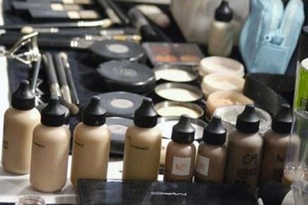 Nie panikuj, makijażu z ubrania można się pozbyć... /East News/ Zeppelin