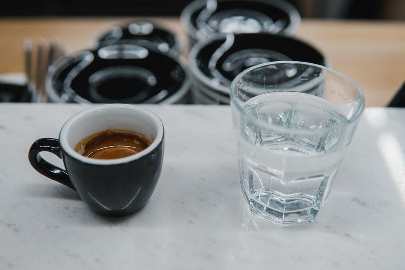 Nie pij kawy na czczo, najpierw wypij szklankę wody /123RF/PICSEL