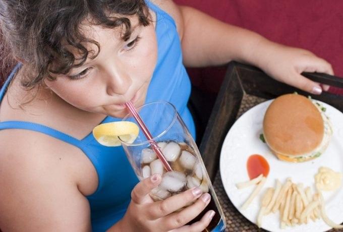 Nie pij zimnych napoi do posiłku /© Photogenica