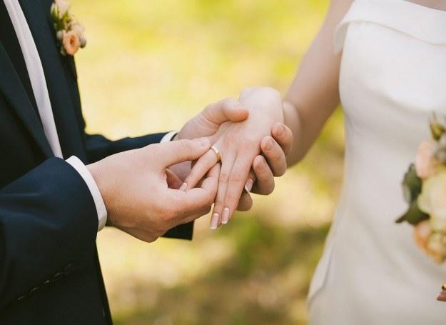 Nie podoba się wam standardowa przysięga ślubna? Możecie napisać własną! /123RF/PICSEL