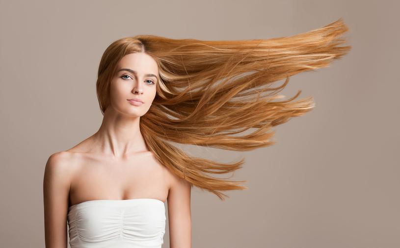 Nie pomaga również zbyt częste mycie, suszenie i prostowanie włosów /123RF/PICSEL