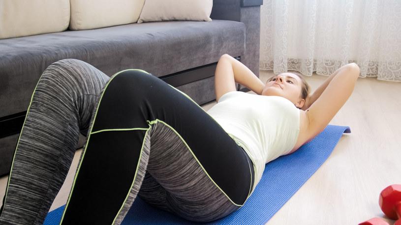 Nie powinno się codziennie trenować mięśni brzucha aż do skrajnego wyczerpania /123RF/PICSEL