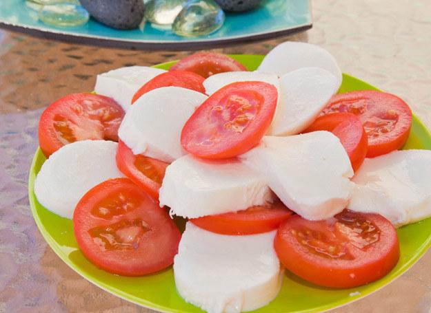 Nie powinno się jeść białego sera z pomidorami. /123RF/PICSEL