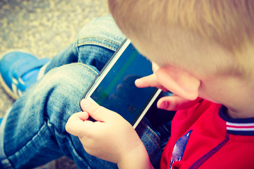 Nie pozwalajmy dzieciom korzystać zbyt długo z elektroniki /123RF/PICSEL