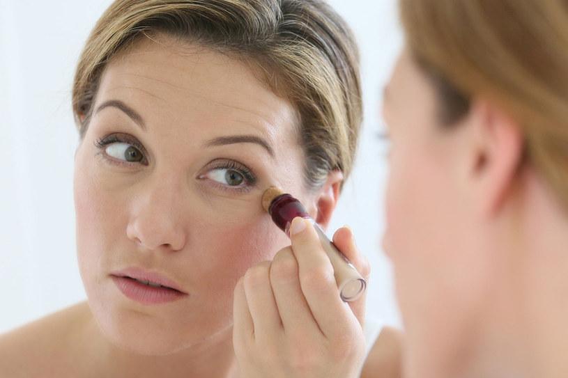 Nie próbuj maskować zmarszczek korektorem, lepiej zadbaj o nawilżenie skóry /123RF/PICSEL