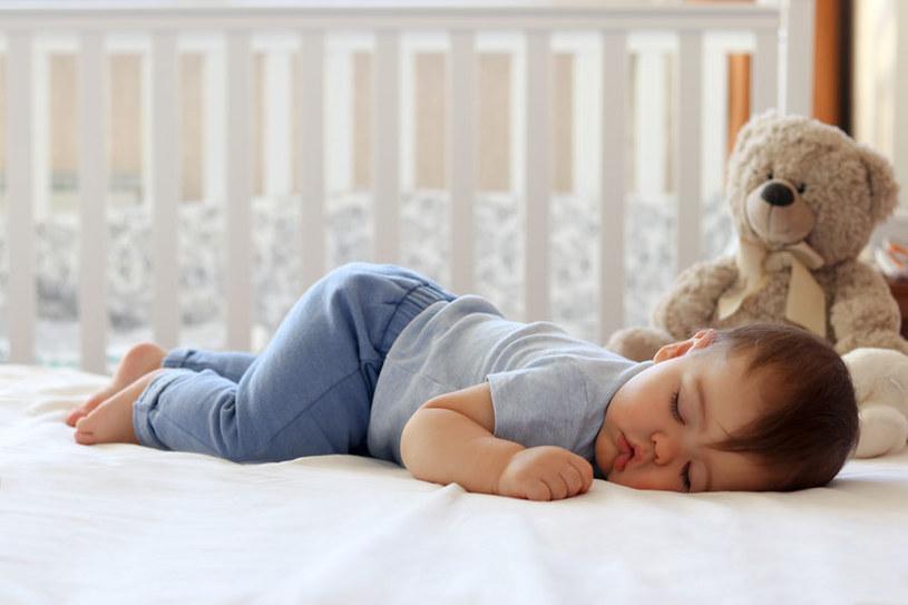 Nie przegrzewaj dziecka /123RF/PICSEL