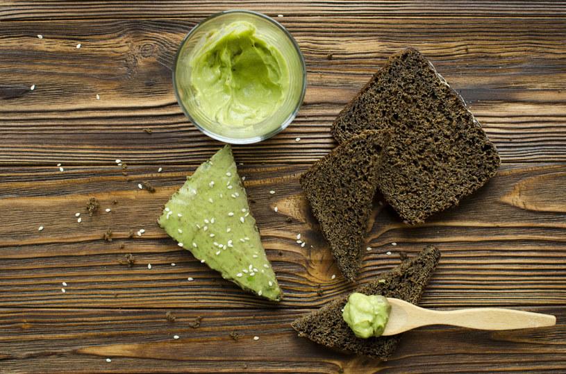 Nie rezygnuj ze smarowideł. Wybierz zamiast masła zdrowe pasty /123RF/PICSEL