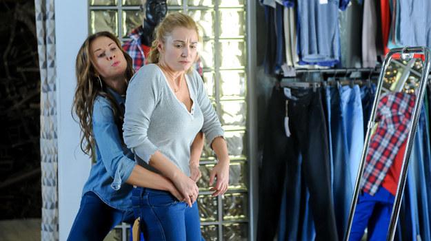 """""""Nie rób scen"""": Anka chce kupić nową parę dżinsów. Daje się nabrać na pochlebstwa sprzedawczyni i nabywa spodnie za małe o jeden rozmiar. /x-news/ Piotr Mizerski /TVN"""