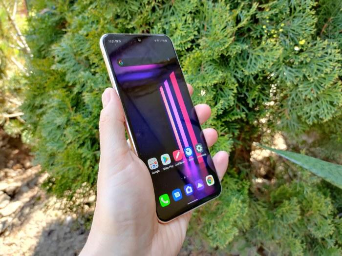 Nie sposób odmówić LG V60 ThinQ 5G wyjątkowości - smartfon od razu rzuca się w oczy /INTERIA.PL