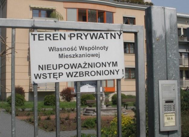 Nie tak łatwo jest się dostać do ogrodzonego osiedla, fot. Joanna Wałęga /INTERIA.PL