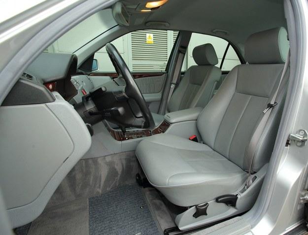 Nie tak łatwo znaleźć W210 z jasnym wnętrzem. Takie egzemplarze mają najwyższe ceny. Fotele mogą być jasnoszare lub beżowe. /Motor