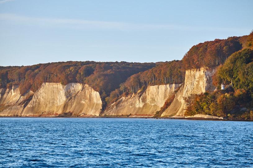 Nie trzeba jechać daleko za polską granicę, aby zobaczyć klify rodem jak z atlantyckiego wybrzeża /123RF/PICSEL