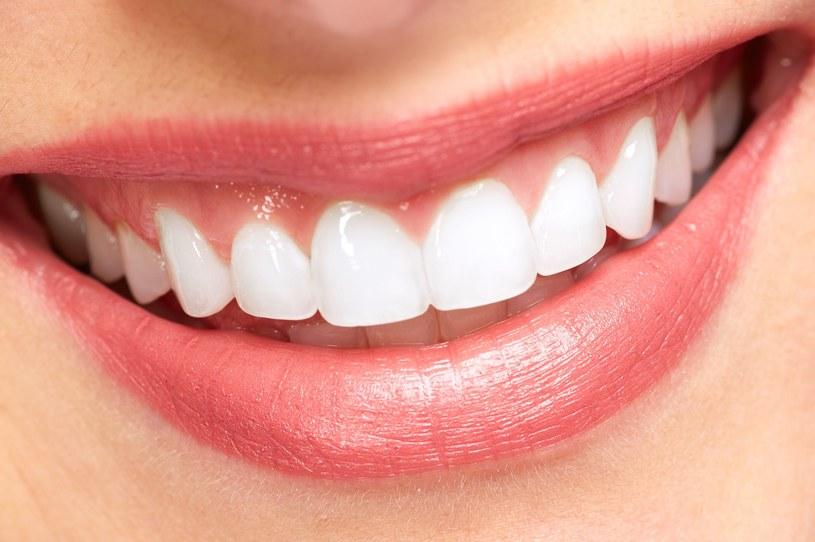 Nie trzeba kosztownych wizyt u dentysty, by olśniewać ładnym uśmiechem /123RF/PICSEL