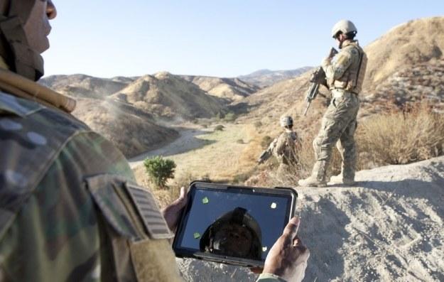 Nie tylko cywile nie rozstają się ze swoimi gadżetami.   Fot. Lockheed Martin /materiały prasowe