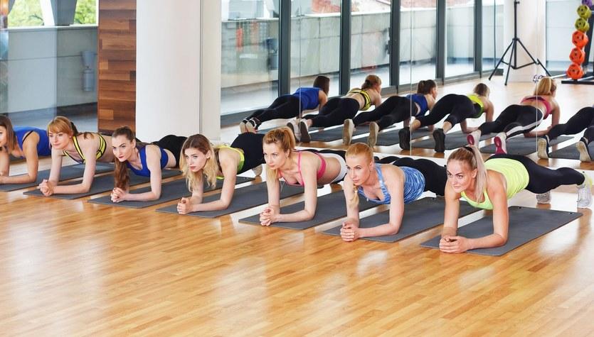 Nie tylko deska, czyli skuteczne ćwiczenia na płaski brzuch