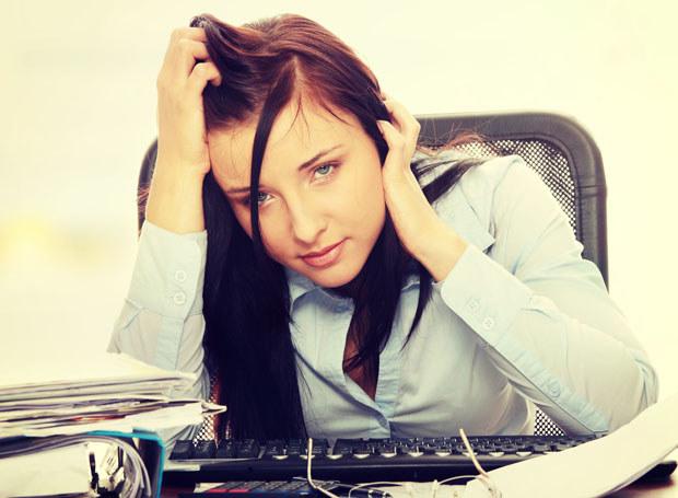Nie tylko obowiązki, mogą być przyczyną zmęczonego wyglądu twarzy /123RF/PICSEL