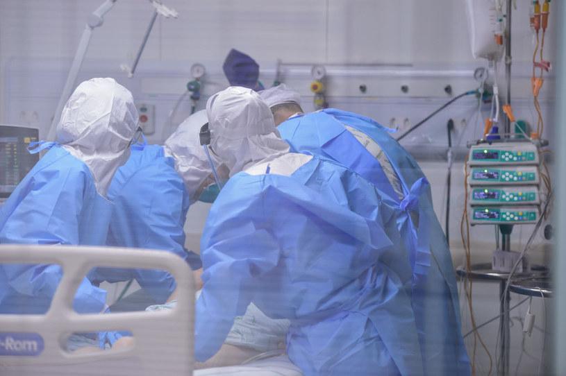 Nie tylko osoby z ciężkim przebiegiem COVID-19 cierpią na powikłania, ale także pacjenci o stosunkowo łagodnym przebiegu choroby /Pedro Vilela /Getty Images