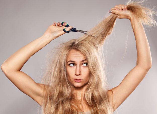Nie tylko w przypadku prostych włosów możemy zdecydować się na grzywkę /123RF/PICSEL