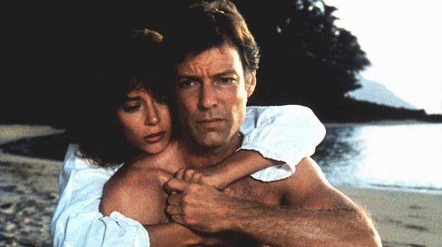 Nie tylko widzowie z niecierpliwością czekali, aż dojdzie do zbliżenia Meggie i Ralpha. – Napięcie było nie do zniesienia. Wiedzieliśmy, jakie to ważne dla serialu. Tyle wydarzeń nieuchronnie prowadziło do rozwiązania pełnego uniesień – mówi  Chamberlain. – Ach, pamiętna scena na plaży. Było zimno i wietrznie. Myślałam, że wyglądam grubo. Byłam zawstydzona, bo te sceny są dość niezręczne, ale na tym polega magia Hollywood – wspomina Ward. /AKPA