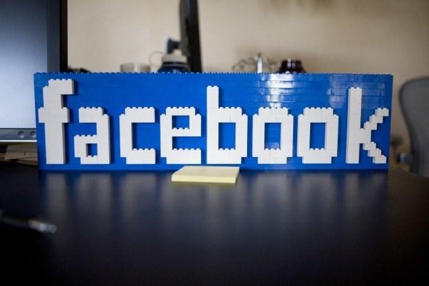 Nie tylko znajomi uważnie obserwują naszą aktywność na Facebooku /AFP
