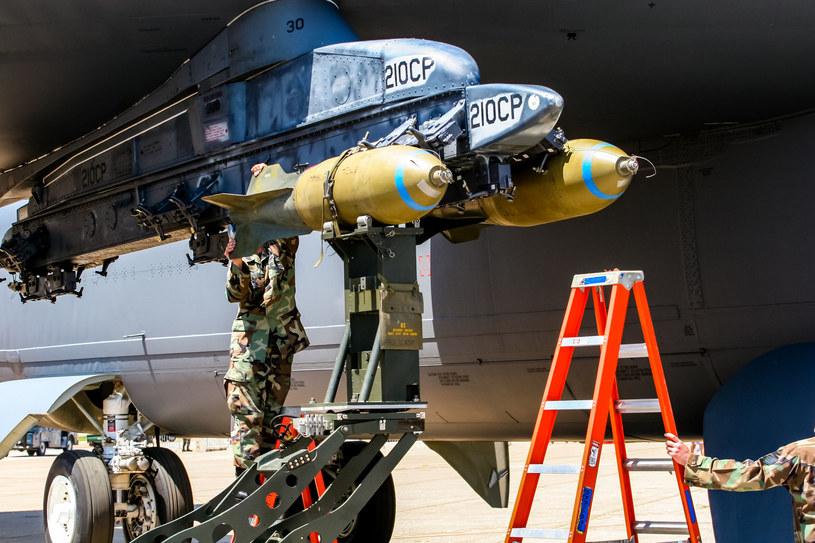 """Nie upubliczniono zdjęć """"bomby ninja"""". Na zdjęciu widać obsługę montującą bomby wykorzystywane przez bombowiec B-52 /AFP"""