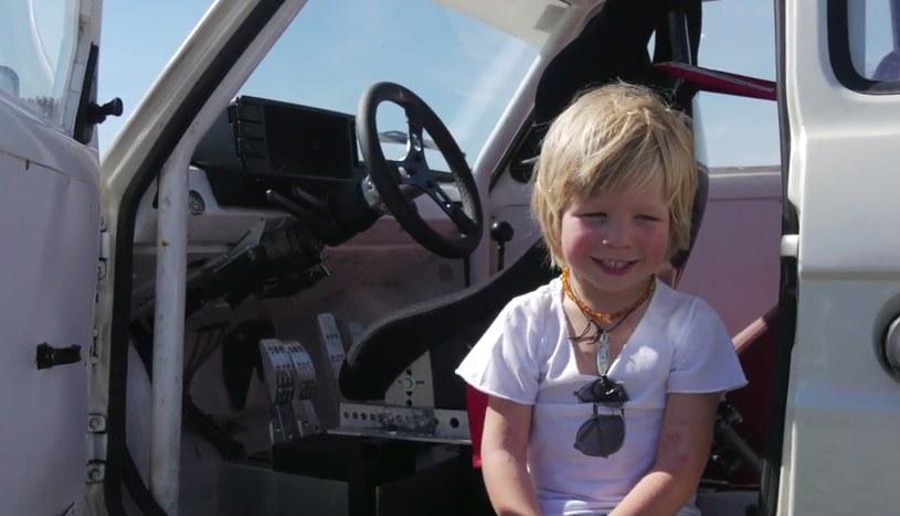 Nie uwierzycie, jak ten czterolatek radzi sobie z samochodem /