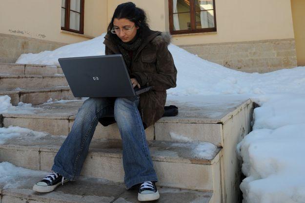 Nie ważne gdzie, nie ważne z jakiego komputera - byle był internet /AFP