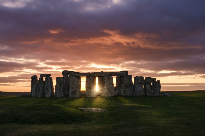 Nie wiadomo, czy i jakie ceremonie odbywały się w Stonehenge, ale miejsce to służyło jako cmentarz od około 5000 do 4400 lat temu /123RF/PICSEL