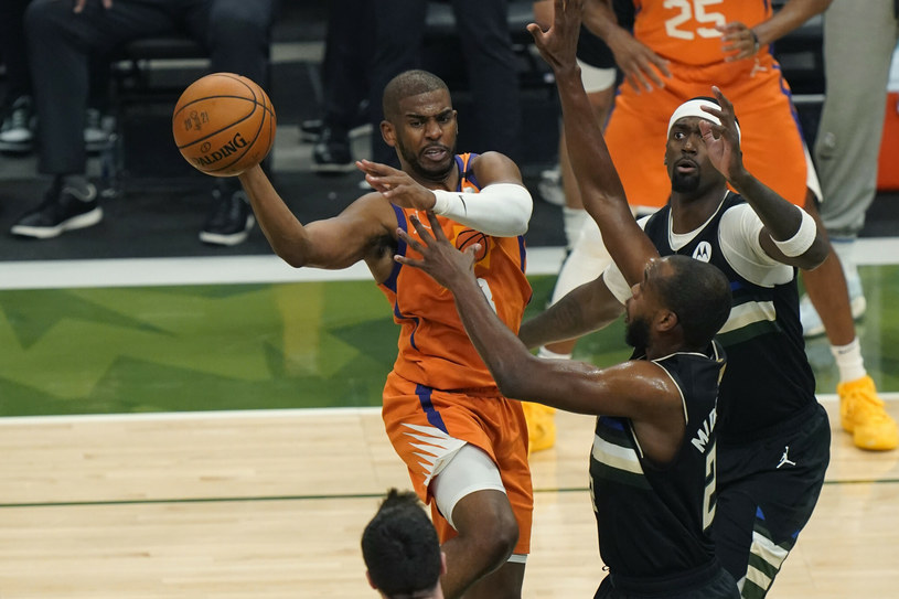 Nie wiadomo, jaka będzie klubowa przyszłość Chrisa Paula. Ten koszykarz na emeryturę się jednak nie wybiera /AP/Associated Press/East News /East News