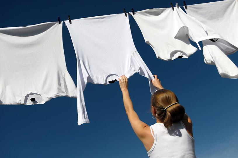 Nie wiesz, gdzie upchnąć nadmiar prania? Sprawdź nasze rady /123RF/PICSEL