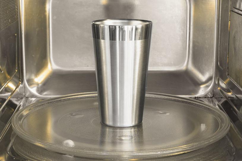 Nie wkładaj aluminium do mikrofali /©123RF/PICSEL