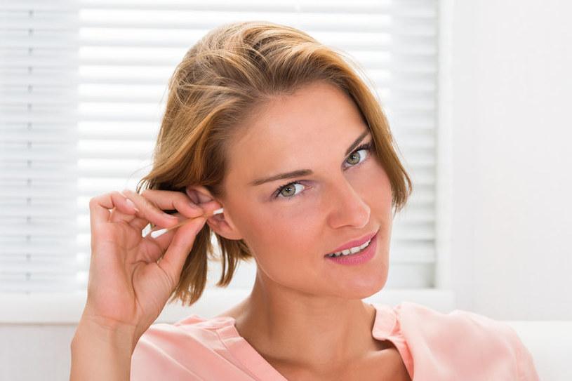 Nie wkładaj patyczków higienicznych do ucha /123RF/PICSEL