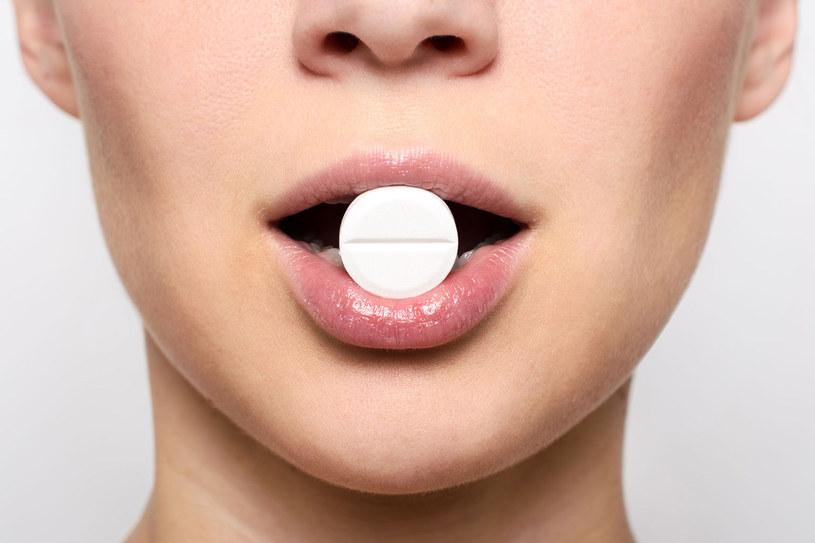 Nie wolno aspiryny i środków przeciwbólowych łykać na czczo, bo kwas acetylosalicylowy i ibuprofen drażnią śluzówkę żołądka /123RF/PICSEL