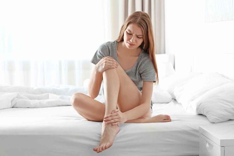 Nie wolno przekraczać granicy bólu – gdy go poczujemy, należy natychmiast ułożyć stopę w pozycji, która go nie powoduje. /123RF/PICSEL