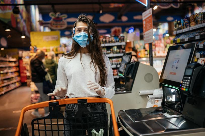 Nie wpuszczać do sklepów ludzi bez maseczek /123RF/PICSEL
