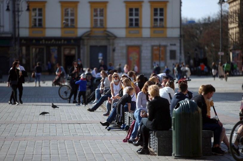Nie wszyscy przestrzegają obostrzeń, na zdjęciu krakowski rynek w sobotę 10 kwietnia /Łukasz Gągulski /PAP