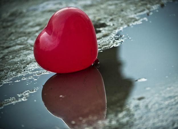 Nie wszyscy zakochani będą mogli obchodzić Walentynki /AFP