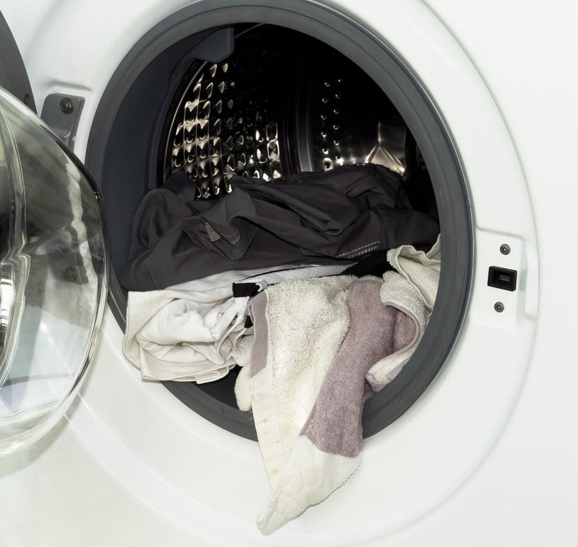 Nie wszystkie ubrania można suszyć w suszarce /123RF/PICSEL