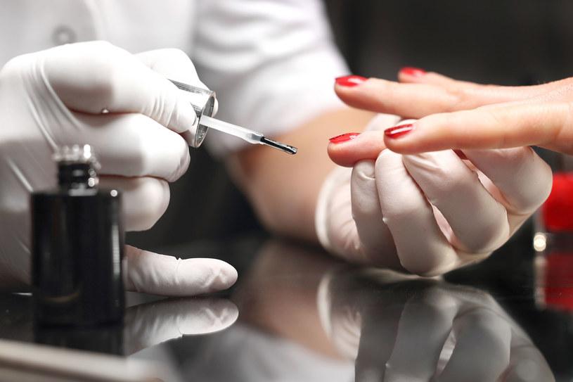Nie wycinaj skórek przed manicurem. Zmiękcz je i delikatnie odsuń /123RF/PICSEL