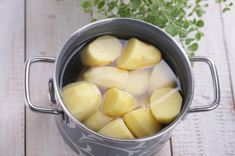 Nie wylewaj wody z gotowania ziemniaków - ona też się przydaje! /123RF/PICSEL