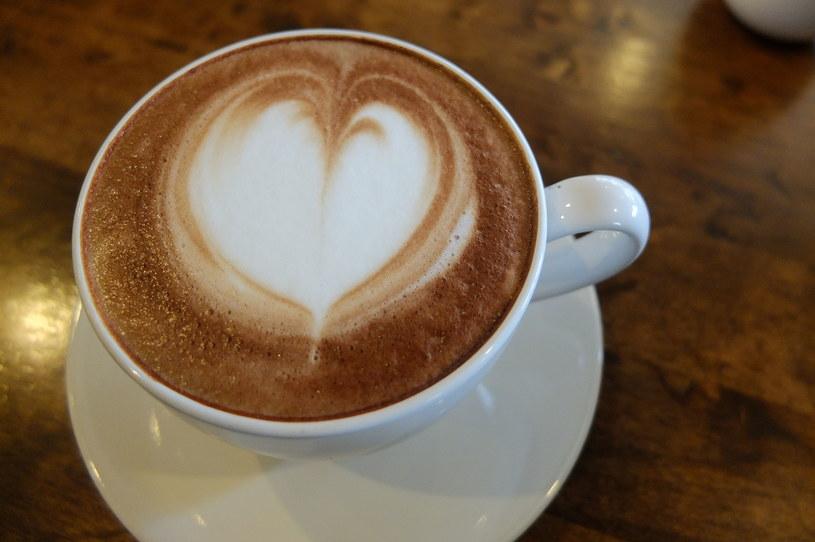 Nie wypijesz kawy bez mleka? Zastąp je sojowym lub migdałowym.  Wszystko dla zdrowia stawów /123RF/PICSEL