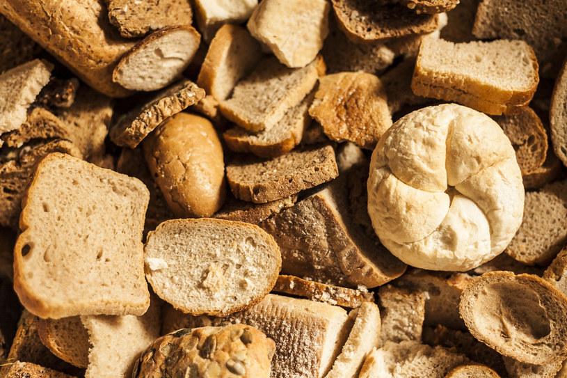 Nie wyrzucaj czerstwego chleba. Możesz wykorzystać je na panierkę lub do zagęszczania zup /123RF/PICSEL