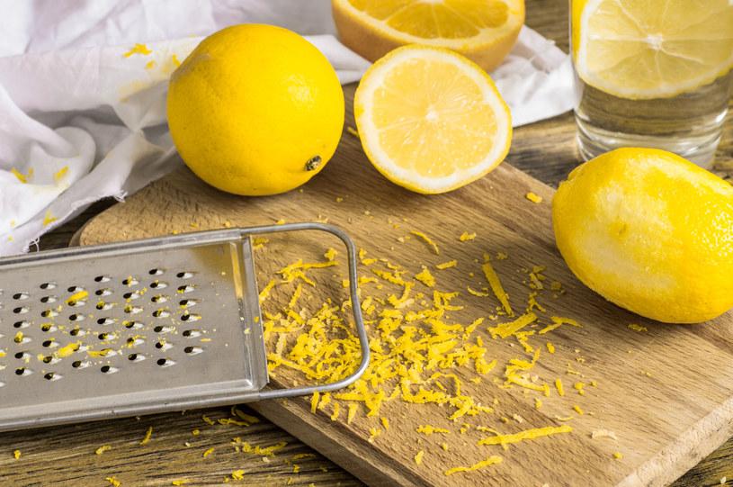 Nie wyrzucaj skórki od cytryny, może ci się przydać! /123RF/PICSEL