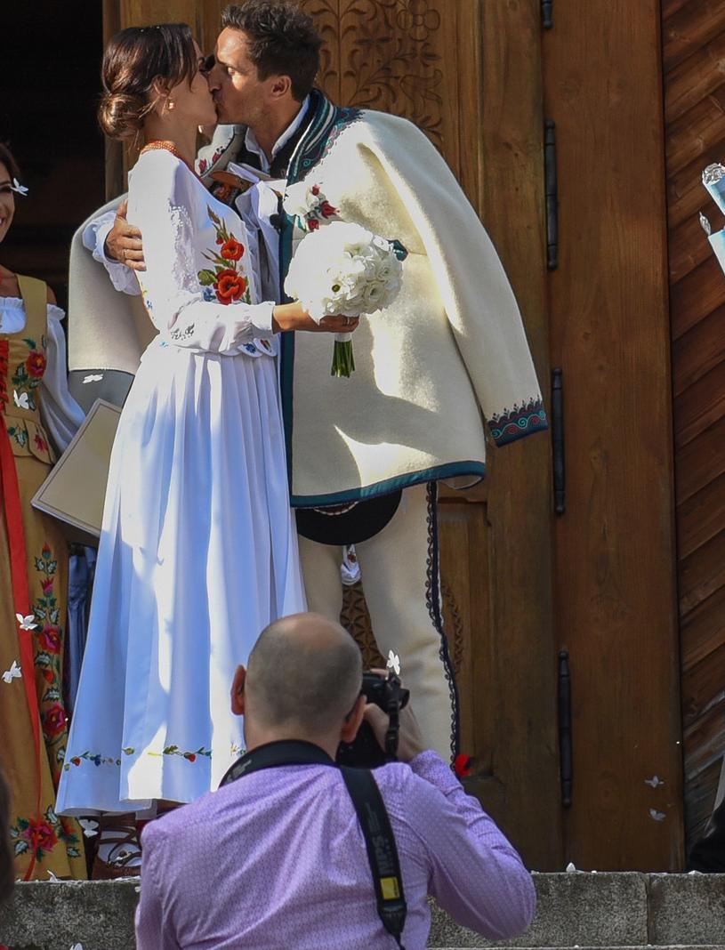 Nie zabrakło pierwszego małżeńskiego pocałunku /Marcin Szkodziński /Agencja FORUM