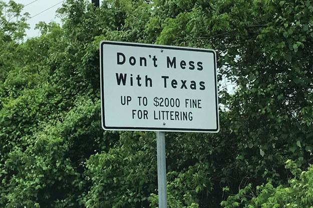 """""""Nie zadzieraj z Texasem. Mandat za śmiecenie do 2000 dolarów."""" /"""
