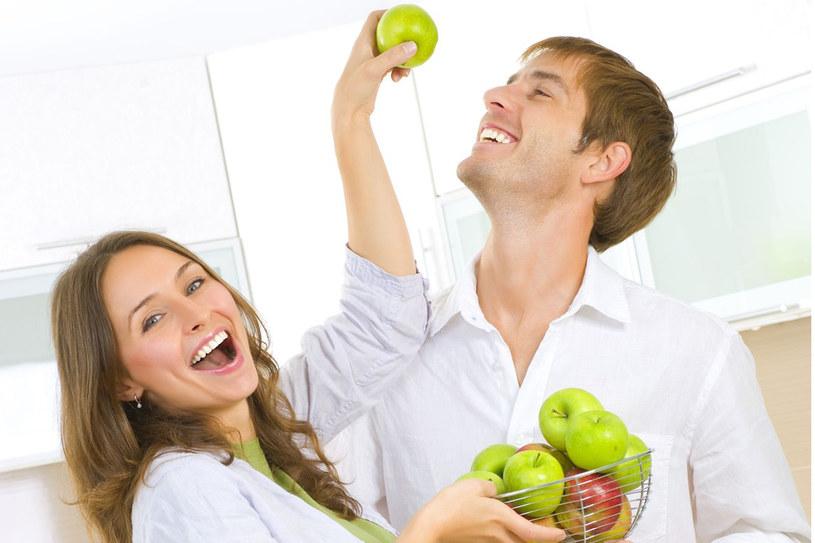 Nie żałuj sobie przyjemności. Kochaj, jedz zdrowo i ćwicz - to jedyny sprawdzony sposób na życie w zdrowiu /123RF/PICSEL
